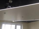Установка натяжного комбинированного потолка со световыми линиями.