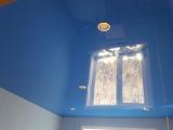 Установка потолка цветного глянцевого